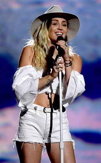 rs_634x1024-170521180838-634.Miley-Cyrus-Billboard-Music-Awards.kg.052117